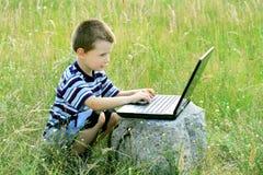 A criança aprende ao portátil Imagem de Stock Royalty Free