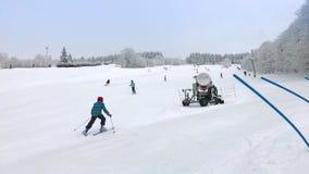A criança aprende esquiar no esqui para baixo e cai vídeos de arquivo