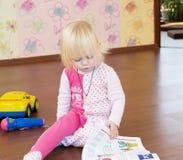 A criança aprende letras imagem de stock royalty free