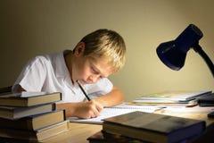 A criança aprende na noite Fotografia de Stock