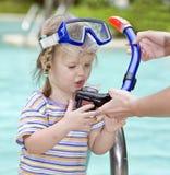 A criança aprende nadar. Imagens de Stock Royalty Free