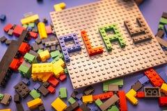A criança arranja o bloco de construtor Imagens de Stock