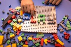 A criança arranja o bloco de construtor Imagem de Stock Royalty Free
