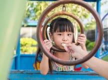 Criança asiática do bebê que joga no campo de jogos, Imagens de Stock