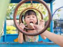 Criança asiática do bebê que joga no campo de jogos, Foto de Stock