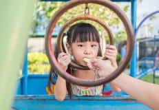 Criança asiática do bebê que joga no campo de jogos, Fotos de Stock