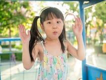 Criança asiática do bebê que joga no campo de jogos, na luz do por do sol Imagem de Stock