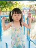 Criança asiática do bebê que joga no campo de jogos, na luz do por do sol Foto de Stock