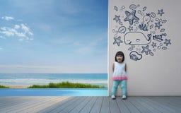 Criança asiática engraçada que joga na casa de praia Fotografia de Stock Royalty Free