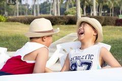 A criança asiática feliz aprecia férias de verão Fotos de Stock Royalty Free