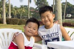 A criança asiática feliz aprecia férias de verão Foto de Stock