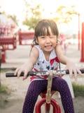 Criança asiática feliz do bebê que joga no campo de jogos, ação da piscadela Fotografia de Stock Royalty Free
