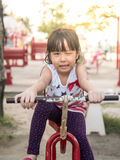 Criança asiática feliz do bebê que joga no campo de jogos, ação da piscadela Imagem de Stock