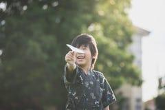 Criança asiática no quimono que joga o plano de papel Foto de Stock Royalty Free