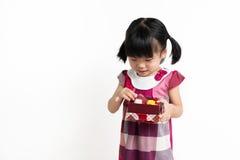 Criança asiática pequena com caixa de presente Fotografia de Stock