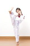 Criança asiática pequena na ação de combate Foto de Stock