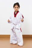 Criança asiática pequena na ação de combate Fotos de Stock
