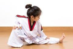 Criança asiática pequena na ação de combate Fotografia de Stock Royalty Free