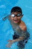 Criança asiática que está na piscina - sorriso feliz da cara Imagem de Stock Royalty Free