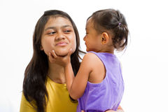 Criança asiática que joga jogos com baby-sitter Foto de Stock Royalty Free