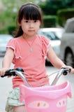 Criança asiática que monta uma bicicleta Fotografia de Stock Royalty Free