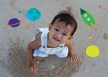 Criança asiática que olha acima ao céu imagem de stock royalty free