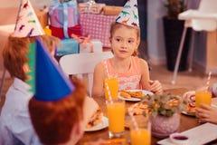 Criança atenta que escuta seu melhor amigo fotos de stock royalty free