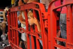 Criança atrás de uma barreira da estrada Foto de Stock