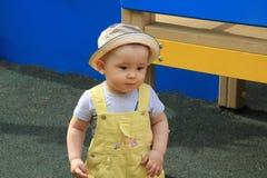 A criança, bebê, menino anda no parque Imagem de Stock