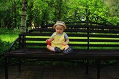 A criança, bebê, menino anda no parque imagem de stock royalty free