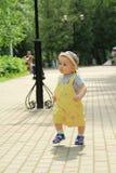 A criança, bebê, menino anda no parque fotografia de stock