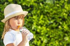 A criança bebe a água fotos de stock