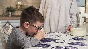 A criança bebe o leite