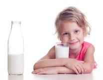 A criança bebe o leite Fotos de Stock Royalty Free