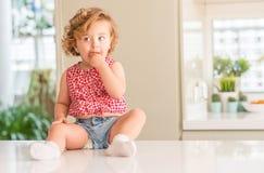 Criança bonita com cabelo louro em casa foto de stock royalty free