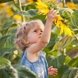 Criança bonita com girassol foto de stock