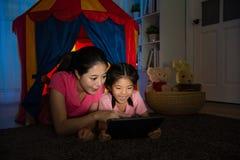 Criança bonita da juventude que guarda a tabuleta digital móvel Fotos de Stock Royalty Free