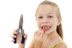 Criança bonita da menina com dente frouxo imagens de stock royalty free