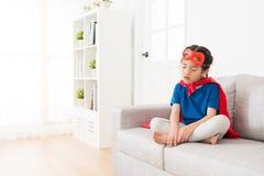Criança bonita da menina que veste o casaco vermelho com máscara imagem de stock royalty free