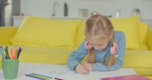 Criança bonita que cria a imagem com a caneta com ponta de feltro vídeos de arquivo