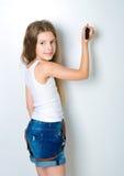 Criança bonito atrás de uma placa branca Foto de Stock