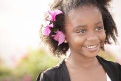 Criança bonito com as flores em seu cabelo imagens de stock