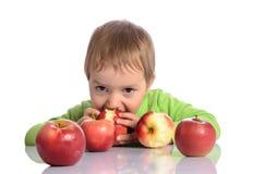 Criança bonito com maçãs vermelhas Fotos de Stock