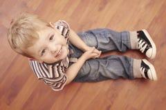 Criança bonito da forma no assoalho Fotos de Stock