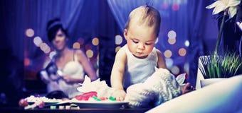 Criança bonito e mum na cozinha Fotos de Stock Royalty Free
