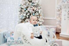 Criança bonito em um interior do ` s do ano novo Fotos de Stock Royalty Free