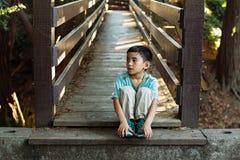Criança bonito em uma ponte Imagens de Stock Royalty Free