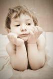 Criança bonito na cama foto de stock