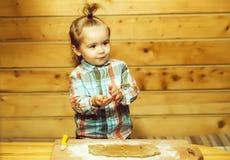 Criança bonito na camisa quadriculado que cozinha com massa e farinha fotos de stock