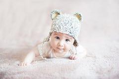 Criança bonito no chapéu feito malha do urso fotografia de stock